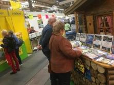 "Prospektpräsentation am Messestand ""Urlaub in den Alpen"""