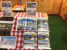 Prospektpräsentation am Messestand Urlaub in den Alpen